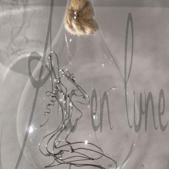 Femme nue assise en fil de fer 3D de Arc en Lune dans bulle de verre H.33xdiamètre 18cm