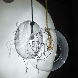 """Femme nue """"Nubulle"""" assise de Arc en Lune en fil de fer 3D dans boule de verre diamètre 22cm"""