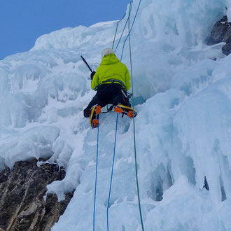 Daniel Fritschi beim Eisklettern