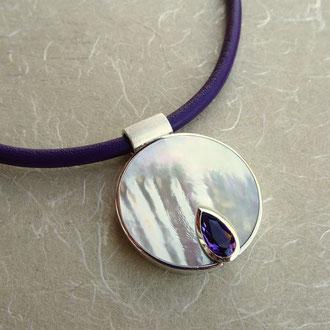 Anhänger in Silber 925, eingeschliffenem Perlmutt und tropfenförmigem Amethyst, an handgefertigtem Lederband, Preis auf Anfrage
