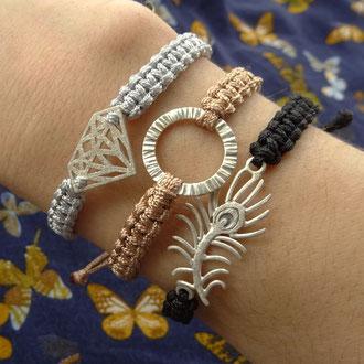 Geknüpfte Makramee-Armbänder mit diversen Silber-Motiven und verstellbarem Verschluss, CHF 90.- bis 100.-