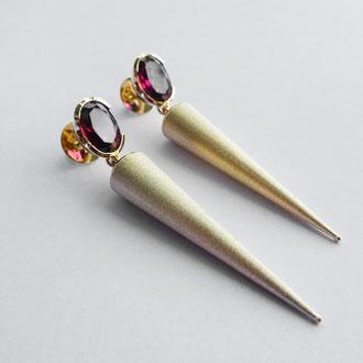 Ohrstecker in Gelbgold 750 mit rosa Granaten und beweglichen Kegeln, Preis auf Anfrage