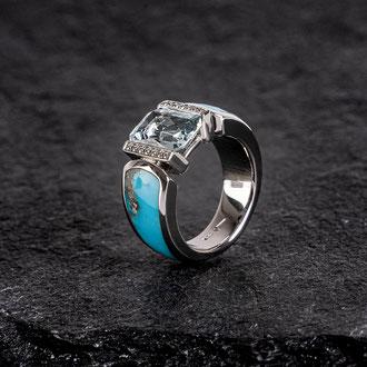 Ring in Weissgold 750 mit weissen Brillanten, Aquamarin und eingeschliffenen Türkis-Intarsien, Preis auf Anfrage