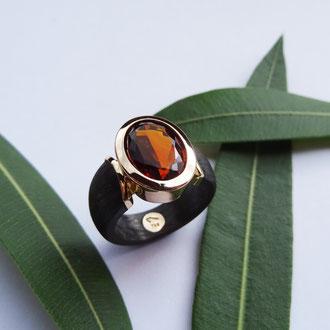 Ring in Carbon und Rotgold 750 mit einem rotfarbenen Citrin, Preis auf Anfrage