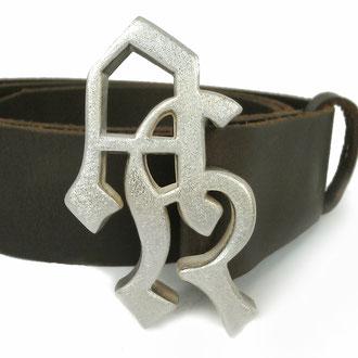 Gurtschnalle mit Initialen in Silber 925 an einem Ledergurt, Preis auf Anfrage