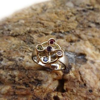 Ring in Weiss- und Gelbgold 750 mit Symbol 4 Elemente und div. Edelsteinen, CHF 1'800.-
