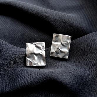 Ohrclips in Knitteroptik, in Silber 925 teilweise geschwärzt, CHF 350.-