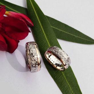 Eheringe in Weiss- und Rotgold 750 mit Frässtruktur/poliert, im Damenring 30 weisse Brillanten, Preise auf Anfrage
