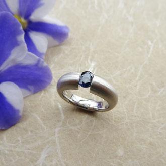 Ring in Weissgold 750 mattiert, mit ovalem, eingeklemmt gefassten Saphir, CHF 1'800.-
