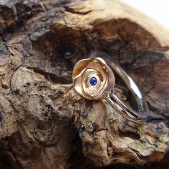 Ring in Platin und einer Rose in Rotgold 750 mit einem blauen Saphir, Preis auf Anfrage