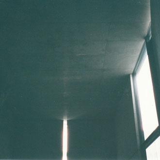 天井にうっすら写る十字架
