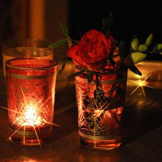 Teelichter auf Messingtablett mit Rosen