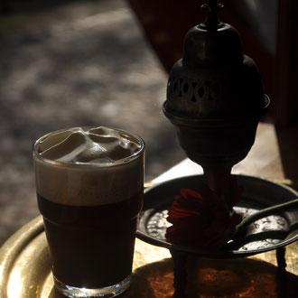Ali Baba - Kaffee mit Mandelsirup und Sahne