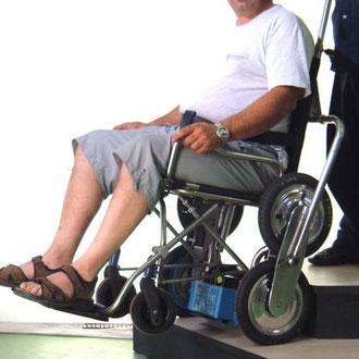 carrozzina saliscale per disabil INVO 2 in azione saliscala