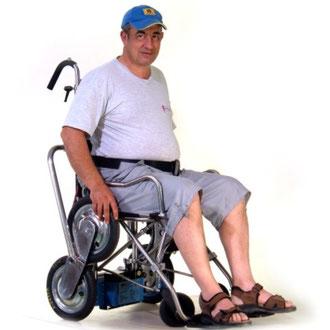 un notevole personaggio si autotraziona su INVO 2 ,la prima carrozzina saliscale per disabili autotrazionante