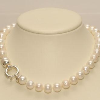 Diese Süßwasser-Zuchtperlenkette besticht durch ihre 11,5 mm starken Perlen,welche ich einzeln abgeknotet habe. Der Ringverschluß macht diese Kette zu einem besonderen Schmuckstück. Länge 47 cm