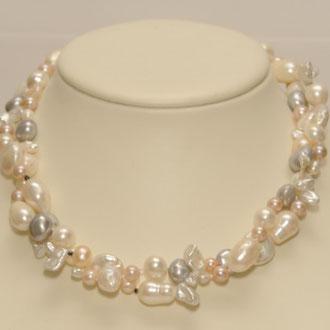 Diese 2-Reihige Süßwasser-Zuchtperlenkette habe ich aus vielen verschieden großen und -farbigen Perlen und sehr kleinen Spinellen gefertigt. Jede Perle habe ich einzeln abgeknotet. Der Verschluß ist aus Silber. Länge 45 cm.     289,00 Euro