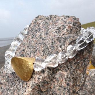 Hexagonal geschliffene Bergkristall-Kette mit großem Silber vergoldetem Element. Verschluß Silber vergoldet. Länge 46 cm.