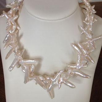 Ber besondere Hingucker ! Diese beeindruckende Süßwasser-Perlenkette ist DAS BESONDERE ! Ich habe sie auf 52 cm gefertigt, die Länge ist um 5 cm variabel. Großer Silber- Verschluß. Euro 399,-