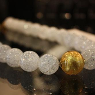 Gecrashte Bergkristallperlen, aufgezogen auf 24 ct vergoldetem Draht,  mit einer Murano-Glasperle. Länge 46 cm.