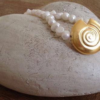 Muschelkern -Perlenkette mit einer aus Kupfer vergoldeten Muschel.
