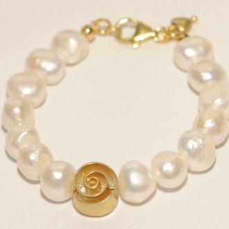 Wunderschönes Armband aus barocken Süßwasser-Zuchtperlen und Silber vergoldetem Element und Verschluß, aufgezogen auf 24 ct.vergoldetem Draht. Länge 17,5 cm.