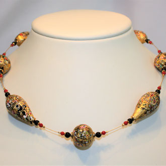 Bestechend schön ist diese Venezianische Barock-Glasperlenkette mit Onyx-und Korallen und kleinen Silber vergoldeten Kugeln auf einem 24 ct vergoldetem Draht von Qualität  Der Verschluss ist ebenfalls Silber vergoldet. Länge 46 cm    489,00 Euro