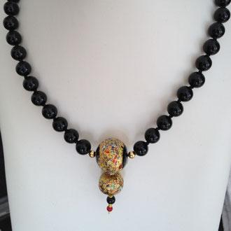 Sehr elegante Onyxperlen-Kette, einzeln abgeknotet mit Venezianischen Glasperlen und Silber vergoldetem Verschluss. Länge 60 cm.