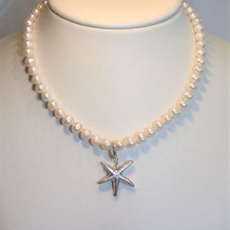 Nicht nur für den Sommer ist diese Süßwasser-Zuchtperlenkette mit einem Seestern aus Silber. Der Verschluß ist ebenfalls aus Silber. Länge 42 cm   149,00 Euro