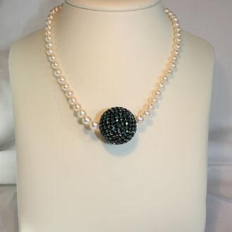 Der Hingucker ! Diese Süßwasser- Zuchtperlenkette hat eine außergewöhnliche Ausstrahlung durch ihre große, dunkelgrüne Kugel aus kleinen original Swarowski- Perlen. Länge 44 cm