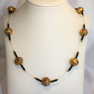 Ist sie nicht außergewöhnlich schön? Jede Glasperle ein Unikat. Venezianische Barock-Glasperlenkette mit Onyx und Silber vergoldeten Elementen.Auf 24 ct. vergoldetem Draht von hervorragender Qualität. Ihre Länge ist 80 cm. Preis 459,00Euro