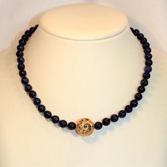 Diese einzeln abgeknoteten Lapislazuli-Perlen werden geziert durch eine filigrane Silber vergoldete Kugel. Der Verschluss ist ebenfalls Silber vergoldet. Länge 44 cm.    149,00 Euro