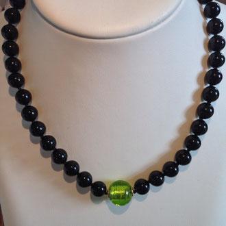 Diese Onyx-Perlen habe ich einzeln abgeknotet,dadurch wirkt die Kette mit der original Murano-Glasperle und den Silber vergoldeten Elementen und Schloß sehr elegant und doch sportlich.Länge 47 cm  Euro 119,-