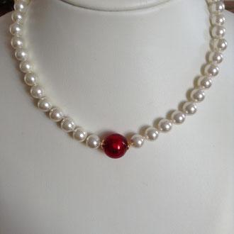 Bei dieser Muschelkern-Perlenkette mit einer wunderschönen roten Murano-Glasperle habe ich jede Perle einzeln abgeknotet.