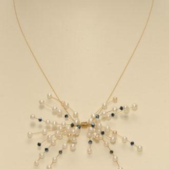 Ein Feuerwerk ! Sehr zarte Kette aus Süßwasser-Zuchtperlen, Swarowsky-Perlen und einem 24 ct vergoldetem Draht von hoher Qualität. Länge 43 cm.