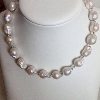 Ein Traum ! Diese wunderschöne  Barock-Perlenkette, Silber vergoldeter Ringverschluß , zieht alle Blicke auf sich.  Länge 46 cm.