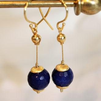 Diese Achat-Ohrhänger sind facetten geschliffen und blau. Mit Silber vergoldeten Elementen.