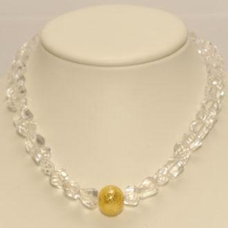 Diese strahlende Schönheit besteht aus hexagonal geschliffenen Bergkristall-Perlen und einer Muranoglas-Perle. Länge 44 cm.       149,00 Euro