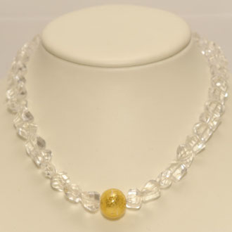 Diese strahlende Schönheit besteht aus hexagonal geschliffenen Bergkristall-Perlen und einer Muranoglas-Perle. Länge 44 cm.
