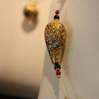 Venezianische Barock-Glasperlen-Kette. Jede Perle ein Unikat ! Auf Murano von Hand gefertigt. Außergewöhnlich ! Mit 24 ct vergoldetem Draht,Onyx- und Korallenperlen, Silber vergoldeten Elementen und  Verschluß. Länge 46 cm.     359,00 Euro