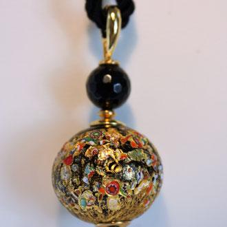 Diese wunderschöne Venezianische Barock-Glasperle kann von Ihnen an jede Kette angebracht werden, Dank ihres Klappverschlusses. Diesen Anhänger habe ich mit Onyxperlen und Silber vergoldeten Elementen gefertigt.