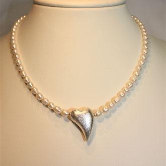 Sieht diese Kette nicht zum Verlieben aus ? Das wunderschöne Silberherz wurde von mir in eine Süßwasser-Zuchtperlenkette eingebaut.Jede Perle ist einzeln abgeknotet.  Länge 45 cm