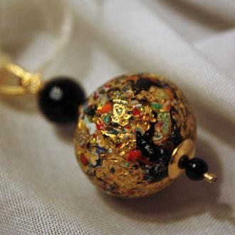 Dieser Venezianischen Barock- Glasperle habe ich einen Silber vergoldeten  Klapphaken eingearbeitet. Somit kann sie an verschiedenen Ketten getragen werden.