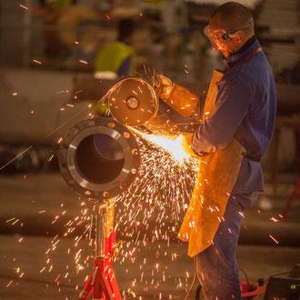Ouvrier soudeur industriel sur le chantier du Louvre-Lens
