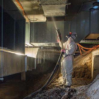 Ouvrier travaillant l'isolation dans les sous-sols du musée Le Louvre-Lens dans les Hauts-de-France