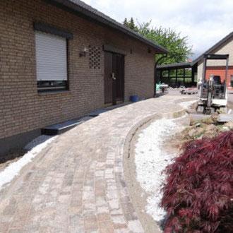 Neu gespflasterter Eingangsbereich: stufenlos und mit geringem Gefälle.