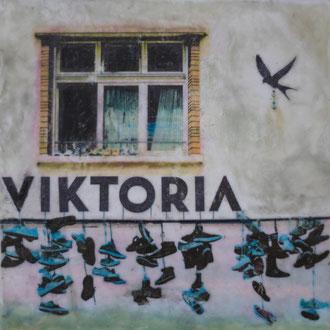 Zwölfbettzimmer, VIKTORIA – 2018 – Wachsmalerei und Fotocollage auf Holz –15 x 15 cm – verkauft