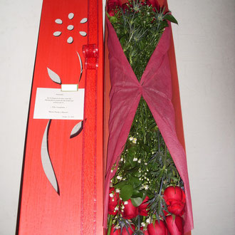 REF. 19 CAJA DECORADA EN ROSAS DE COLOR ROJAS,ASTER,TUL.