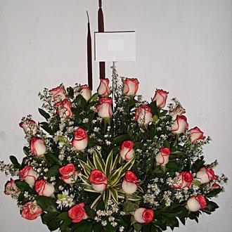 REF. 11 ARREGLO EN ROSAS BLUSH,ENEAS ELABORADO EN BASE DE CRISTAL.