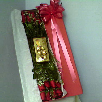 REF. 2 CAJA DECORADA ROSAS ROJAS, CHOCOLATES, PAPEL SEDA.